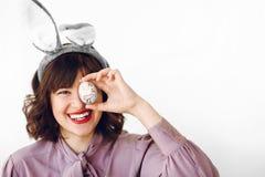 Πάσχα ευτυχές όμορφο μοντέρνο κορίτσι στα αυτιά λαγουδάκι που κρατά το χρώμα στοκ φωτογραφίες