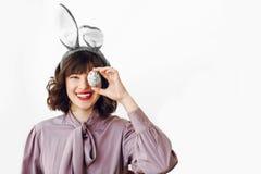 Πάσχα ευτυχές όμορφο μοντέρνο κορίτσι στα αυτιά λαγουδάκι που κρατά το χρώμα στοκ εικόνες