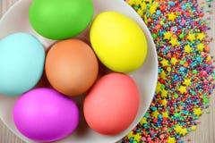 Πάσχα, διακοπές, έννοια παράδοσης και αντικειμένου - κλείστε επάνω των χρωματισμένων αυγών Πάσχας (τοπ άποψη), Στοκ Φωτογραφία