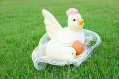 Πάσχα, κοτόπουλο και αυγά στη χλόη Στοκ εικόνες με δικαίωμα ελεύθερης χρήσης