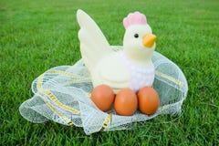 Πάσχα, κοτόπουλο και πολλά αυγά στη χλόη Στοκ Εικόνες