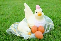 Πάσχα, κοτόπουλο πολλά αυγά στη χλόη Στοκ Εικόνες