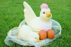 Πάσχα, κοτόπουλο πολλά αυγά στη χλόη Στοκ Φωτογραφία