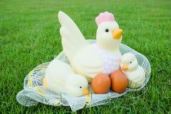 Πάσχα, κοτόπουλο πολλά αυγά στη χλόη Στοκ φωτογραφία με δικαίωμα ελεύθερης χρήσης