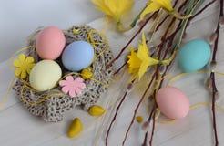 Πάσχα Κλάδοι και νάρκισσοι ιτιών με τα αυγά Στοκ Εικόνες