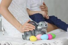 Πάσχα Λαγουδάκι Πάσχας μεταξύ των αυγών Στοκ Φωτογραφίες