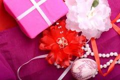 Πάσχα που θέτει με το κιβώτιο δώρων και τη διακόσμηση άνοιξη Στοκ εικόνες με δικαίωμα ελεύθερης χρήσης