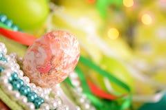 Πάσχα που θέτει με το κιβώτιο δώρων και τη διακόσμηση άνοιξη Στοκ Εικόνες