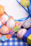 Πάσχα που θέτει με το κιβώτιο δώρων και τη διακόσμηση άνοιξη Στοκ Φωτογραφίες