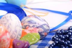 Πάσχα που θέτει με το κιβώτιο δώρων και τη διακόσμηση άνοιξη Στοκ φωτογραφία με δικαίωμα ελεύθερης χρήσης