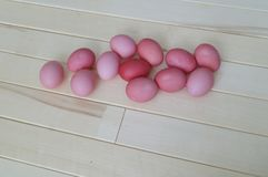 Πάσχα Ρόδινο κουνέλι Πάσχας Ρόδινα αυγά Πάσχας που βρίσκονται στο ξύλινο υπόβαθρο Επίπεδος βάλτε Στοκ Εικόνες