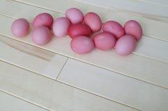 Πάσχα Ρόδινο κουνέλι Πάσχας Ρόδινα αυγά Πάσχας που βρίσκονται στο ξύλινο υπόβαθρο Επίπεδος βάλτε Στοκ εικόνα με δικαίωμα ελεύθερης χρήσης