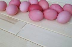 Πάσχα Ρόδινο κουνέλι Πάσχας Ρόδινα αυγά Πάσχας που βρίσκονται στο ξύλινο υπόβαθρο Επίπεδος βάλτε Στοκ Φωτογραφίες