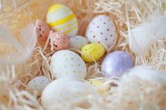 Πάσχα, χρωματισμένα αυγά, κίτρινος, άσπρα, σε έναν σανό, feathersa, αυγά κοτόπουλου, αυγά ορτυκιών, Στοκ φωτογραφία με δικαίωμα ελεύθερης χρήσης