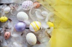 Πάσχα, χρωματισμένα αυγά, κίτρινο, άσπρο, άσπρο δέντρο, άσπρο υπόβαθρο, feathersa, αυγά κοτόπουλου, αυγά ορτυκιών, Στοκ φωτογραφία με δικαίωμα ελεύθερης χρήσης