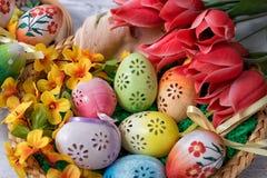 Πάσχα, χρωματισμένα αυγά Πάσχας που τίθενται σε μια διακόσμηση Πάσχας κύπελλων πίσω από ένα άσπρο υπόβαθρο Στοκ εικόνα με δικαίωμα ελεύθερης χρήσης