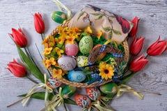 Πάσχα, χρωματισμένα αυγά Πάσχας που τίθενται σε μια διακόσμηση Πάσχας κύπελλων πίσω από ένα άσπρο υπόβαθρο Στοκ εικόνες με δικαίωμα ελεύθερης χρήσης