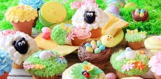 Πάσχα cupcakes και αυγά Πάσχας Στοκ Φωτογραφίες