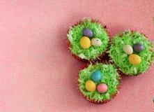 Πάσχα cupcakes με τα malted αυγά σοκολάτας Στοκ Φωτογραφίες