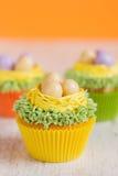 Πάσχα cupcakes που διακοσμείται με τα αυγά στη φωλιά Στοκ Εικόνα