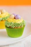 Πάσχα cupcakes που διακοσμείται με τα αυγά στη φωλιά Στοκ Φωτογραφία