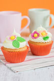 Πάσχα cupcakes που διακοσμείται με τα λουλούδια Στοκ Φωτογραφίες