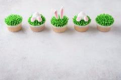 Πάσχα cupcakes σε μια σειρά Διακοσμημένος ως άκρη και αυτιά λαγουδάκι στοκ εικόνες με δικαίωμα ελεύθερης χρήσης