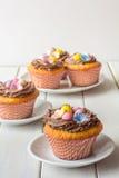 Πάσχα Cupcakes στην επιτραπέζια κατακόρυφο Στοκ εικόνα με δικαίωμα ελεύθερης χρήσης
