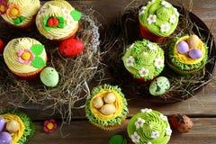 Πάσχα cupcakes στο σανό Στοκ εικόνες με δικαίωμα ελεύθερης χρήσης