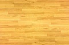 Πάτωμα γήπεδο μπάσκετ σφενδάμνου σκληρού ξύλου που αντιμετωπίζεται άνωθεν Στοκ Φωτογραφίες