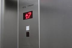 Πάτωμα επτά Η επίδειξη στον ανελκυστήρα παρουσιάζει αριθμό επτά Στοκ Εικόνες