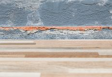 Πάτωμα κεραμιδιών που καταρρέουν κοντά στον τοίχο σπιτιών στοκ φωτογραφίες