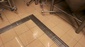 Πάτωμα κεραμιδιών στο ζυθοποιείο απόθεμα βίντεο