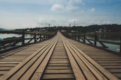 Πάτωμα κινηματογραφήσεων σε πρώτο πλάνο της ξύλινης γέφυρας που διασχίζει την τεχνητή λίμνη khao laem Στοκ Εικόνες