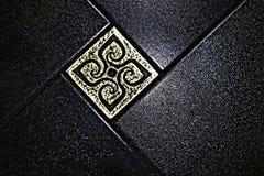 Πάτωμα Το σκοτεινό πάτωμα Το σκοτεινό πάτωμα είναι το πολυτελές ίδρυμα ενός μοντέρνου εσωτερικού Μαύρο ένθετο-ντεκόρ κεραμιδιών κ Στοκ εικόνες με δικαίωμα ελεύθερης χρήσης