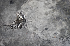 Πάτωμα τσιμέντου με μια τρύπα των ακρών τσιγάρων Στοκ Εικόνες