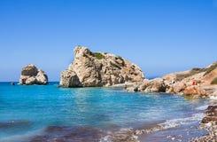 Πάφος, Κύπρος - July19, 2017: Τουρίστες στην παραλία αγάπης Βράχος Aphrodite ` s - τόπος γεννήσεως Aphrodite ` s κοντά στην πόλη  Στοκ εικόνες με δικαίωμα ελεύθερης χρήσης