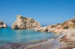 Πάφος, Κύπρος - July19, 2017: Τουρίστες στην παραλία αγάπης Βράχος Aphrodite ` s - τόπος γεννήσεως Aphrodite ` s κοντά στην πόλη  Στοκ Φωτογραφίες