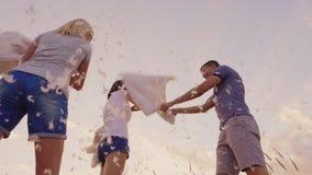 Πάλη μαξιλαριών Μια ομάδα φίλων έχει τη διασκέδαση - κτυπά ο ένας τον άλλον με τα μαξιλάρια, επενδύει με φτερά τη μύγα απόθεμα βίντεο