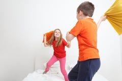 Πάλη μαξιλαριών παιδιών Στοκ φωτογραφία με δικαίωμα ελεύθερης χρήσης