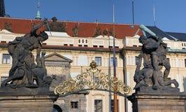 Πάλη των αγαλμάτων γιγάντων στην πύλη Κάστρων της Πράγας πανόραμα Στοκ φωτογραφία με δικαίωμα ελεύθερης χρήσης