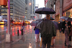 Πέμπτη Λεωφόρος στο βροχερό καιρό, NYC, ΗΠΑ Στοκ φωτογραφίες με δικαίωμα ελεύθερης χρήσης