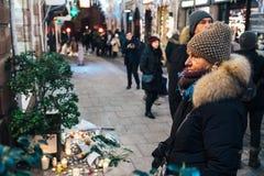 Πένθος στους ανθρώπους του Στρασβούργου που πληρώνουν το φόρο στα θύματα Terro στοκ εικόνα με δικαίωμα ελεύθερης χρήσης