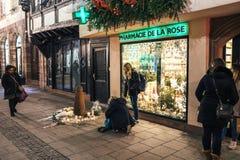 Πένθος στους ανθρώπους του Στρασβούργου που πληρώνουν το φόρο στα θύματα Terro στοκ φωτογραφία