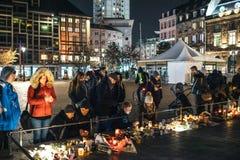 Πένθος στους ανθρώπους του Στρασβούργου που πληρώνουν το φόρο στα θύματα Terro στοκ φωτογραφίες