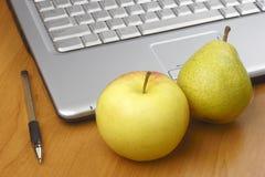 πέννα αχλαδιών lap-top μήλων Στοκ φωτογραφία με δικαίωμα ελεύθερης χρήσης