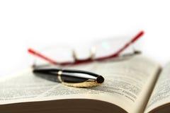 πέννα πηγών βιβλίων στοκ εικόνες