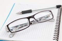 πέννα σημειωματάριων γυαλιών Στοκ Εικόνες