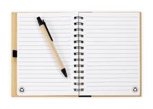 πέννα σημειώσεων βιβλίων η ανασκόπηση απομόνωσε το λευκό Στοκ φωτογραφία με δικαίωμα ελεύθερης χρήσης