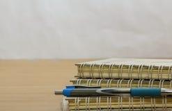 πέννα σημειώσεων βιβλίων Στοκ φωτογραφίες με δικαίωμα ελεύθερης χρήσης